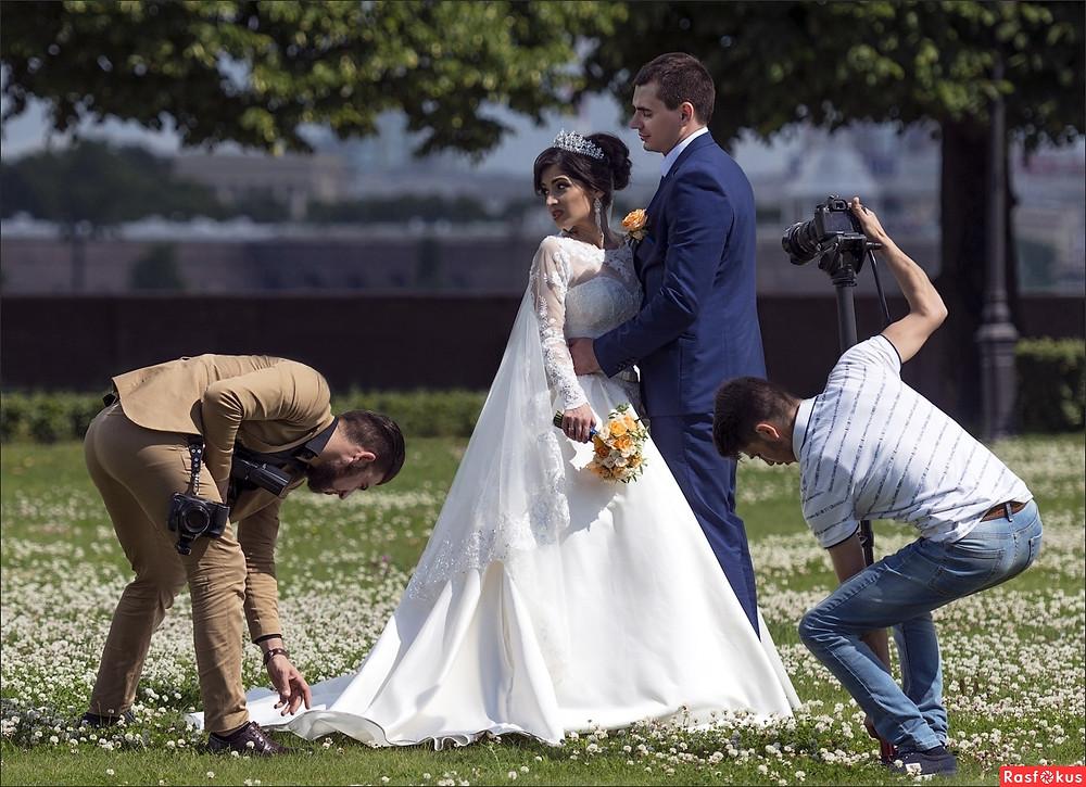 Свадебные фотосессии на Стрелке ВО очень популярны