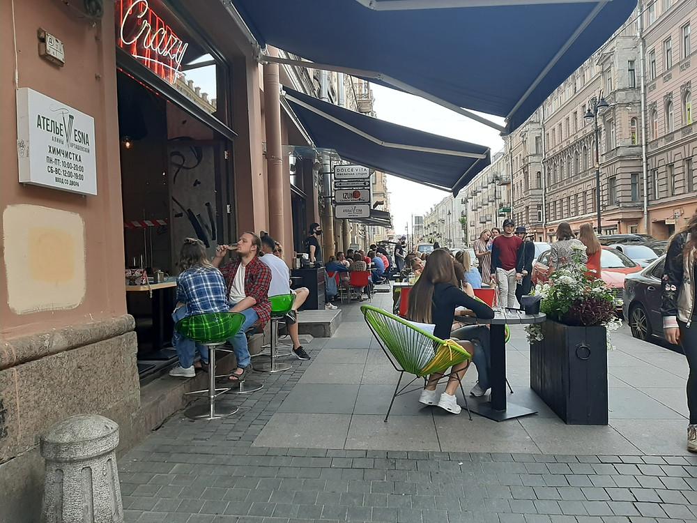 Выносные столики на ул. Рубинштейна