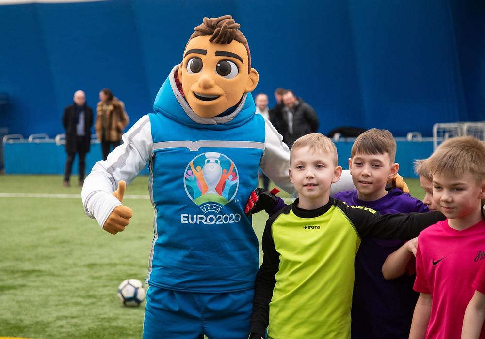 Скиллзи - символ Евро 2020 уже фотографируется с юными болельщиками, и скоро появится в киосках и на лотках