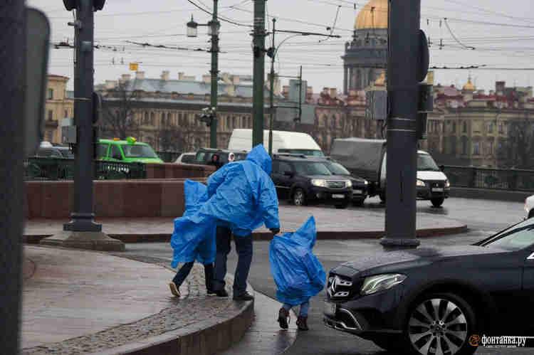 Погода безжалостна к туристам и жителям города, ушедшим в нерабочие дни