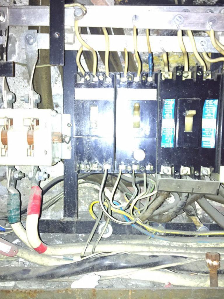 Электрощиток с отсоединенными проводами