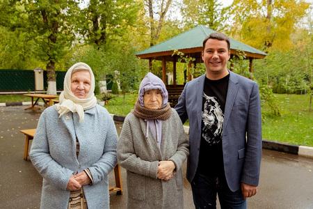 Алексей Маврин с постояльцами пансионата