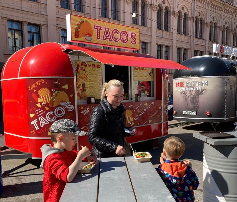 Предпринимательница Екатерина Шибакина со своими сыновьями у своего рабочего места - фудтрака Tacos