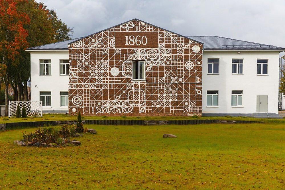 Фабрика в деревне Крестцы в Новгородской области