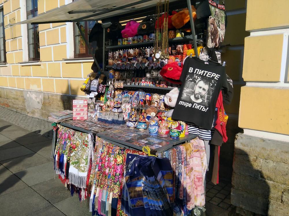 Для уличной торговли сувенирами настает горячая пора