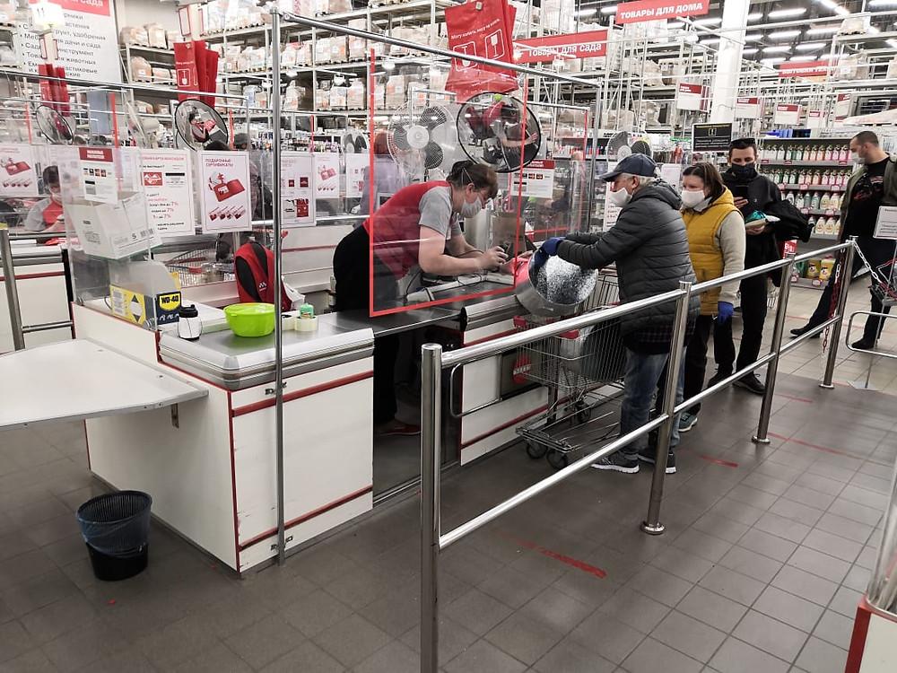 """На кассе в магазинах """"Максидома"""" покупатели чаще всего стоят семьями."""