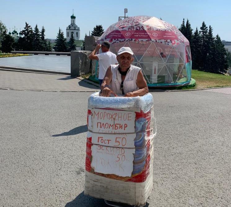Человек-киоск мороженого в Казани. Фото: Юрий Рагулин