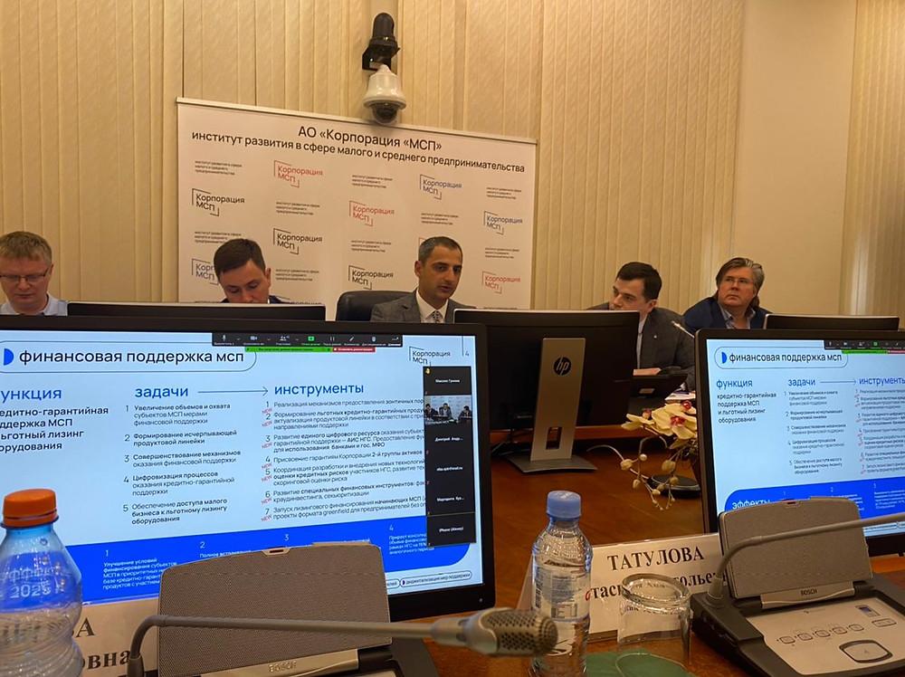 В центре, над монитором, Александр Исаевич, новый глава Корпорации