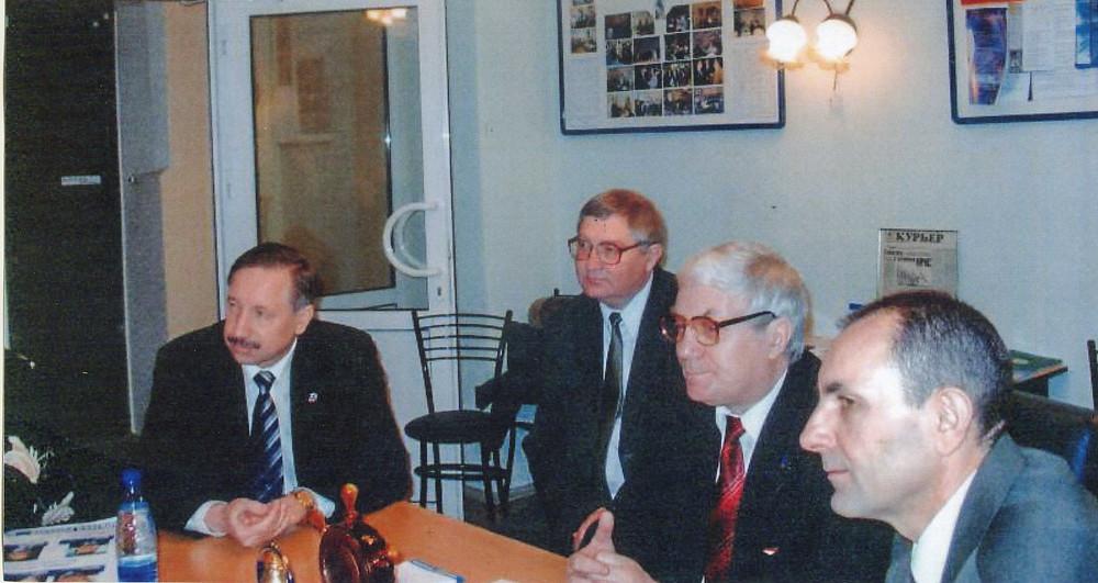 Историческое фото: 2003 год. И.о. губернатора Петербурга Александр Беглов (первый слева) в приемной Союза