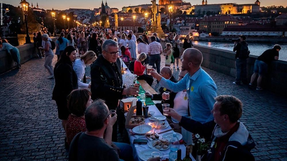 Так в Праге власти города, рестораторы и жители отмечали снятие ограничений по коронавирусу 1 июля