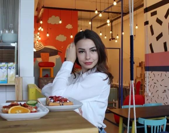 "Марина Литвинова в кафе ""Бабушка приехала"""