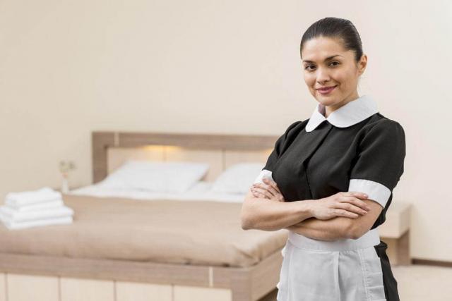 Горничная в отелях Петербурга может заработать 28-33 тысячи руб