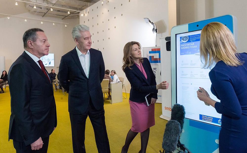 Сергей Собянин (в центре) вместе с Александром Браверманом, главой Корпорации МСП изучают, как составить бизнес-план