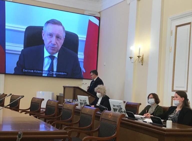 На трибуне - бизнес-омбудсмен Александр Абросимов, на экране - губернатор Александр Беглов