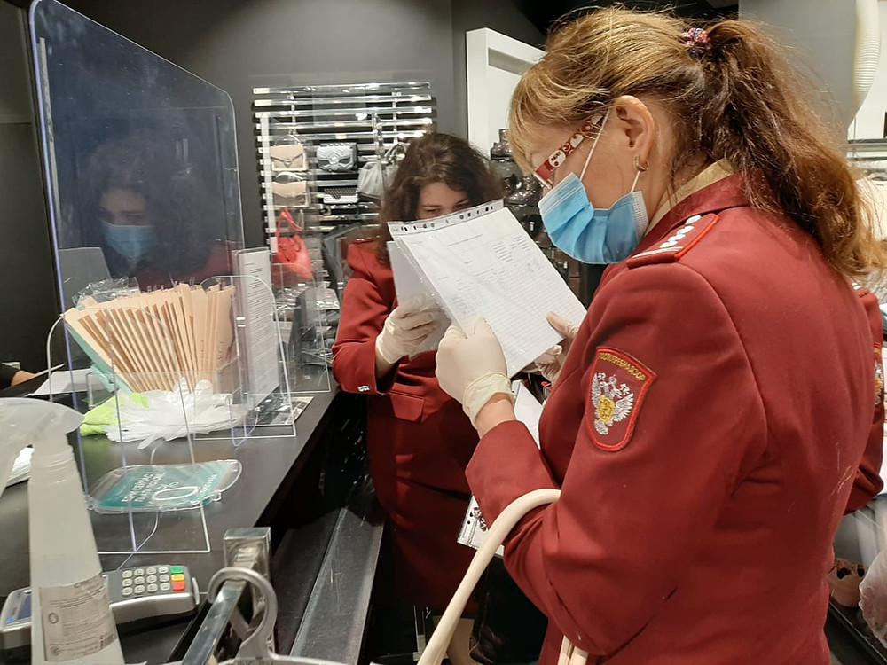 Инспекторы РПН вчитываются в документы