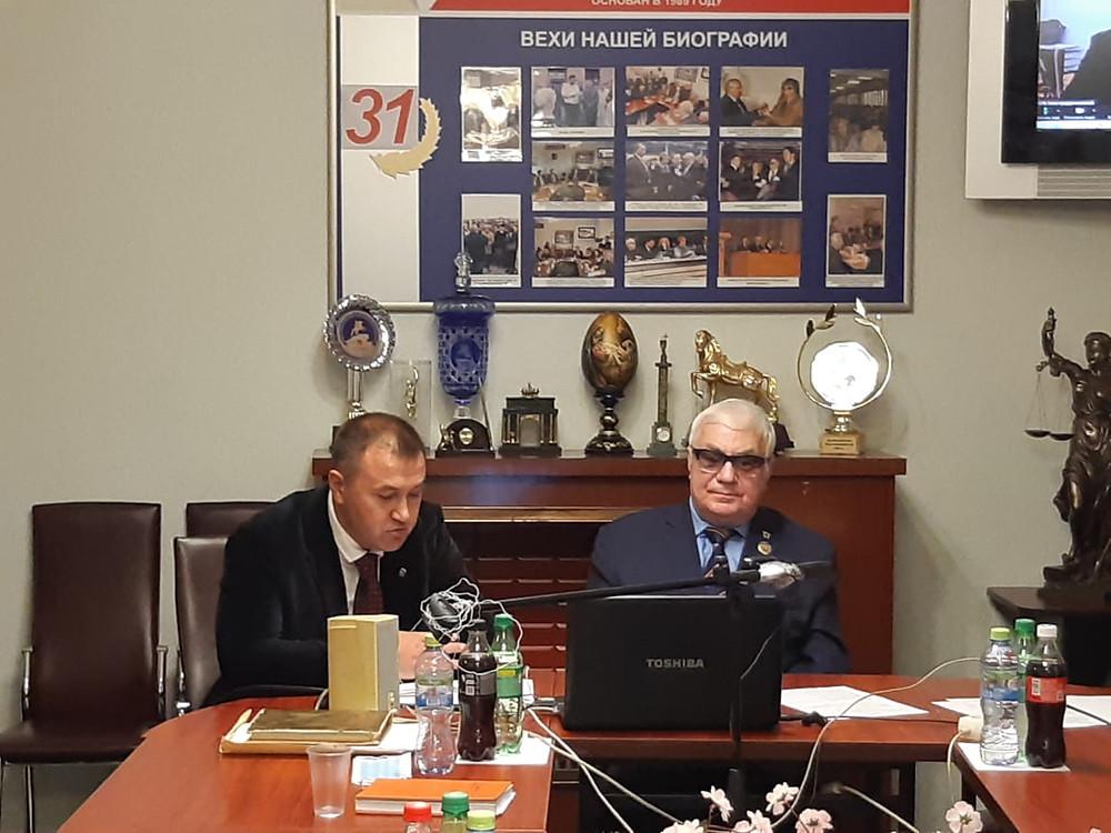 Роман Патсухов (справа) модерирует онлайн-офлайн собрание бизнеса