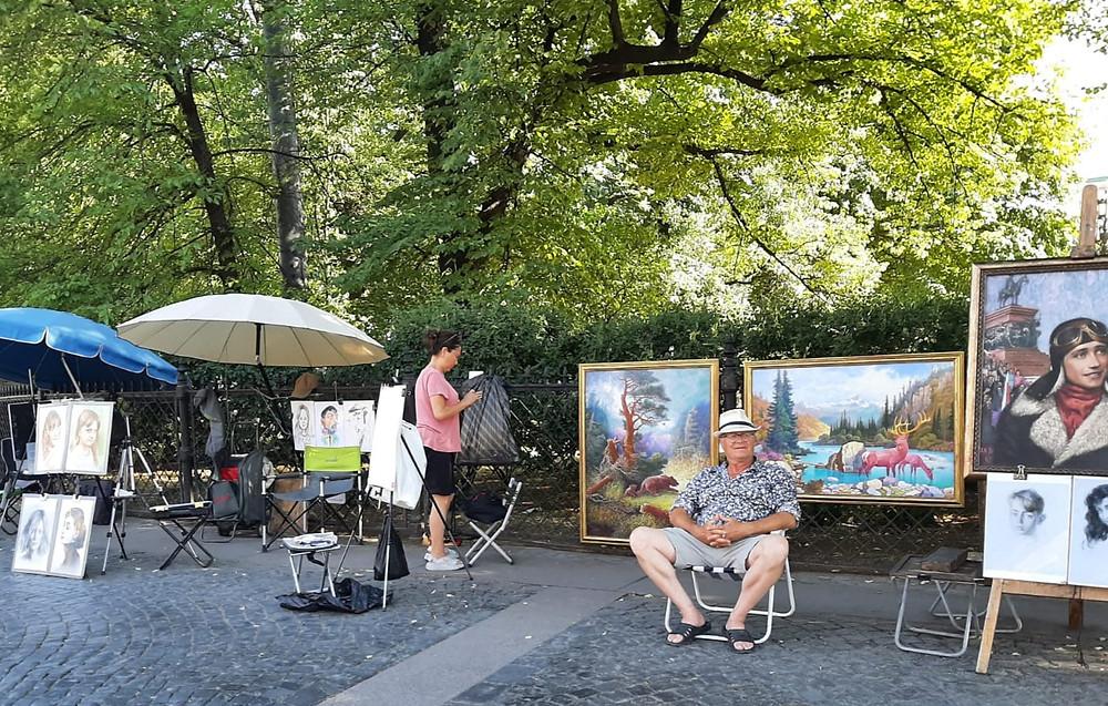 Художники расположились у Екатерининского сада в ожидании гостей города
