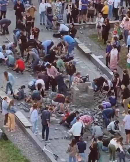 Жители  Мурино кладут разобранную рабочими плитку на место