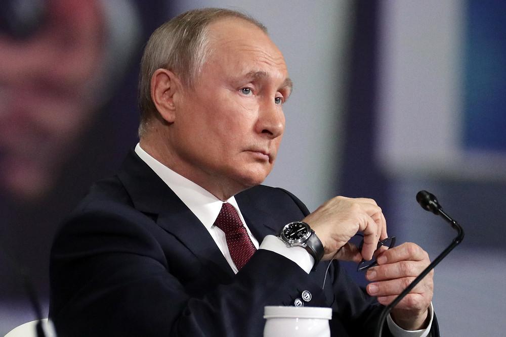Владимир Путин, президент РФ на пленарном заседании, слушает вопросы