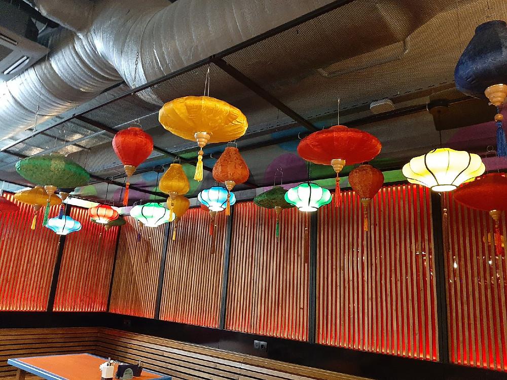 Оформление зала традиционными фонариками