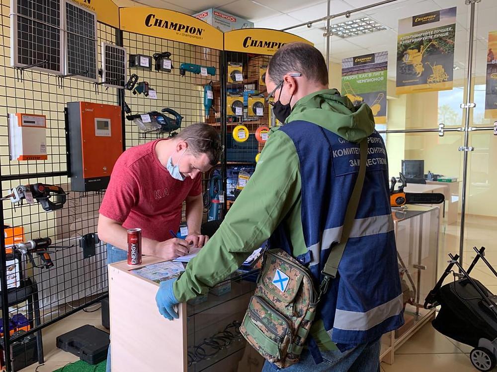Проверка в магазине электроинструмента. Фото: ККИ