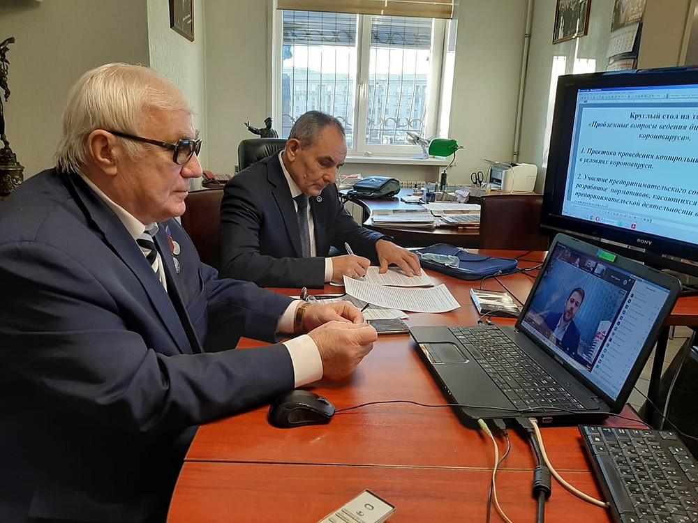 Роман Пастухов модерирует обсуждение условий ведения бизнеса в условиях коронакризиса