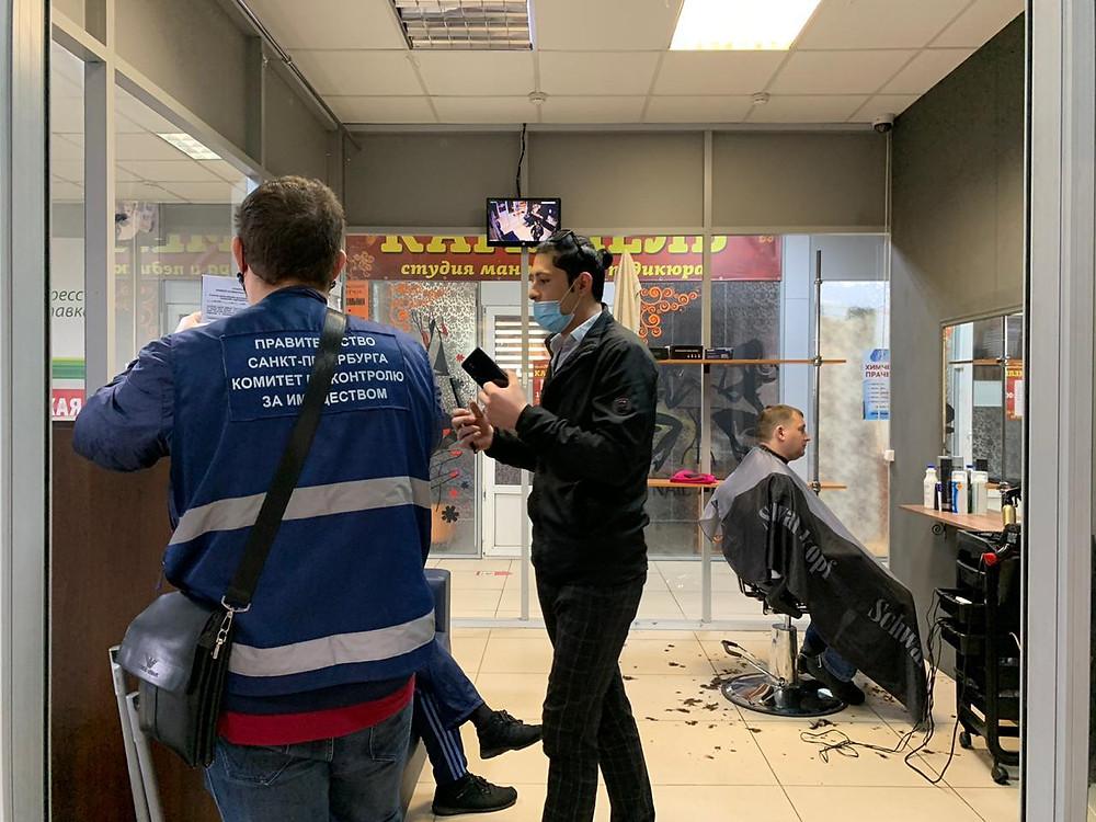 Проверка в парикмахерской на Московском проспекте. Фото: ККИ