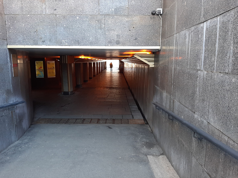 В подземном переходе прежде велась оживленная торговля.