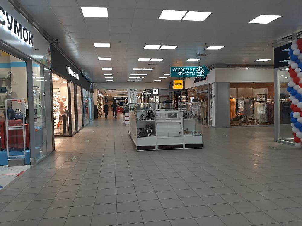 """Островки в торговых центрах в то же время. На фото ТЦ """"Питер"""""""