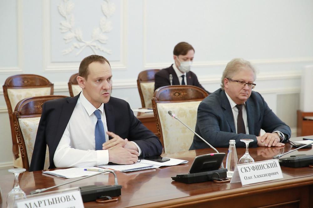 Олег Скуфинский (слева), глава Росреестра, в Смольном