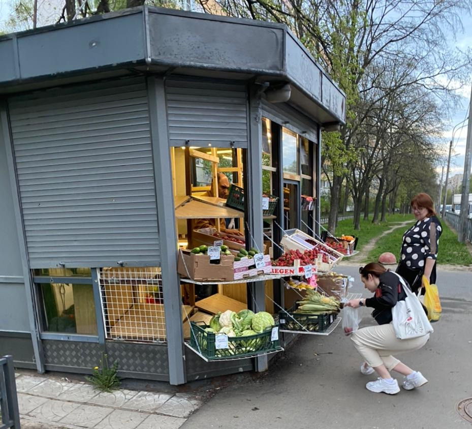 Бывший газетный киоск приспособлен под незаконную торговлю овощами