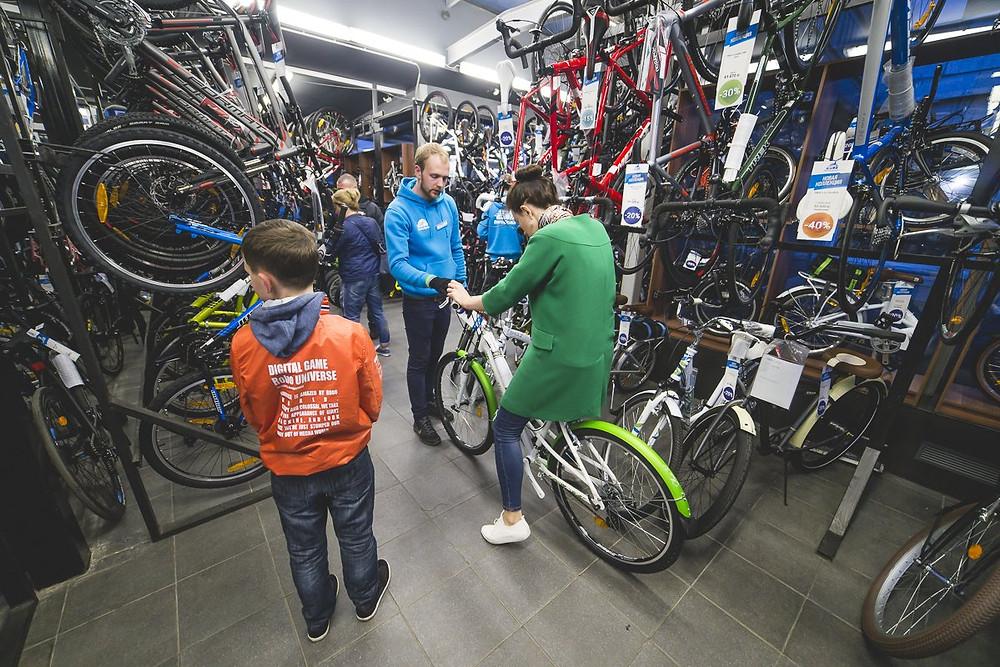 Велосипеды все больше становятся частью летней активности как компаний, так и горожан