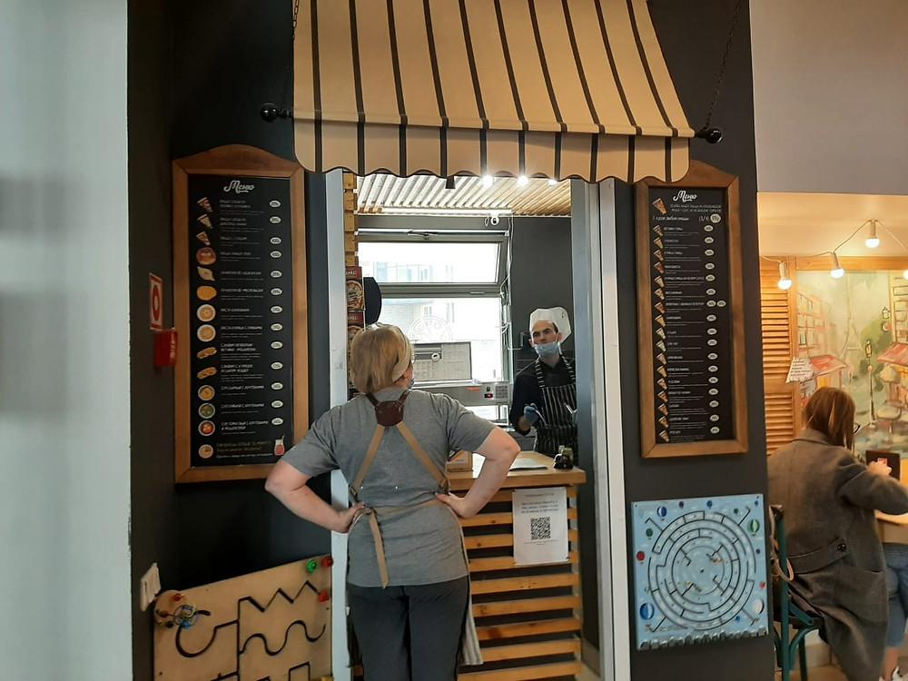 В жилых домах открываются кафе, имитирующие киоски. Кафе на ул. Кораблестроителей