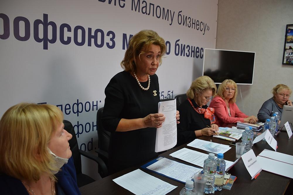 Ирина Иванова показала стопку ответов из министерств и комитетов Госдумы