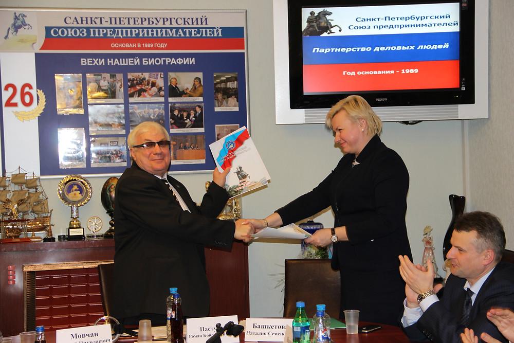 Роман Пастухов, президент ССП, поздравляет Наталью Башкетову, главу Роспотребнадзора в Петербурге