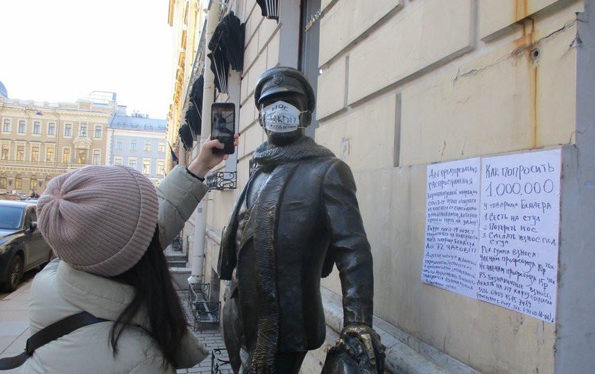 Один из петербургских флешмобов - маски надевали на памятники