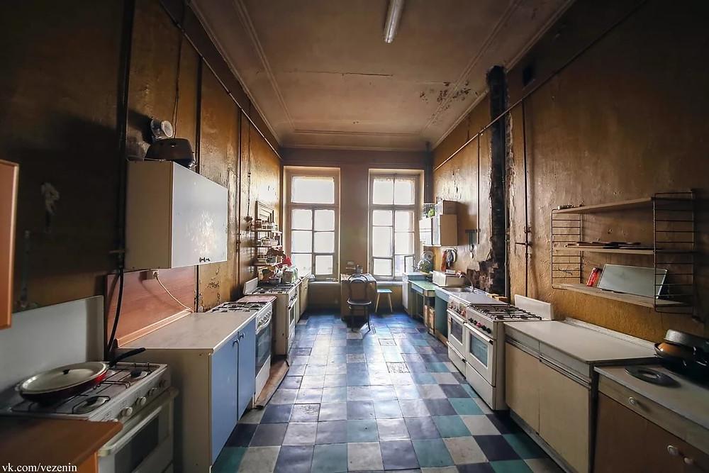 Атмосфера ленинградских коммуналок, созданная в 20-ых годах прошлого века, сохраняется и в наши дни