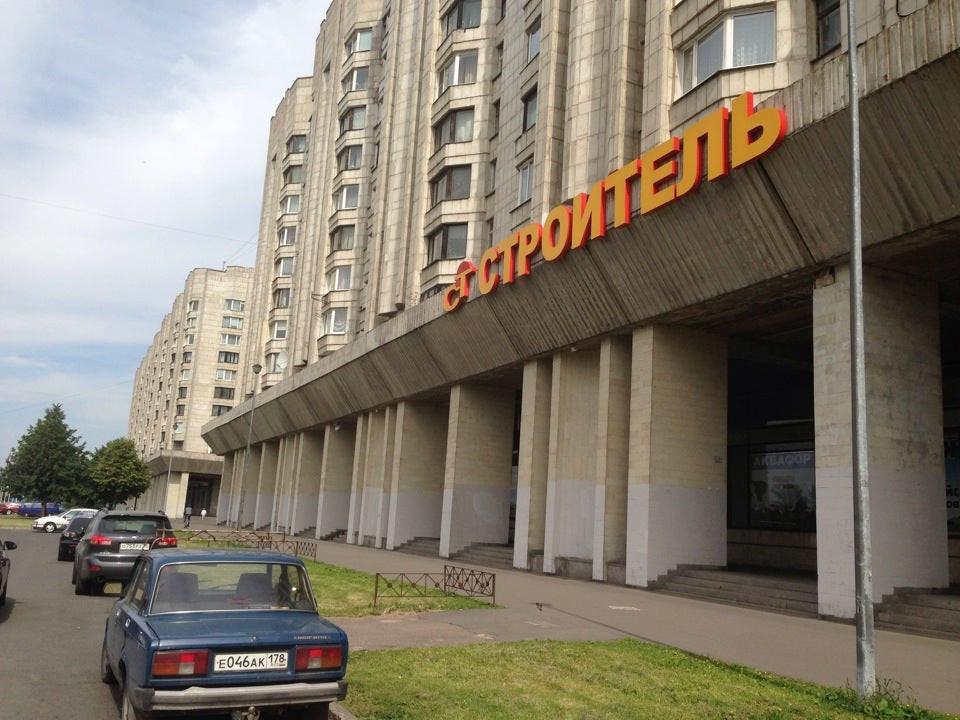 """Магазин """"Строитель"""" работает в жилом доме на Новосмоленской наб. более 25 лет"""