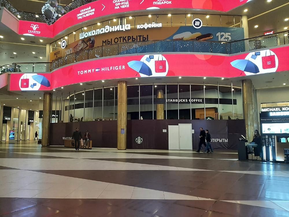 Закрытые фуд-уголки в торговых центрах служили рекламными конструкциями