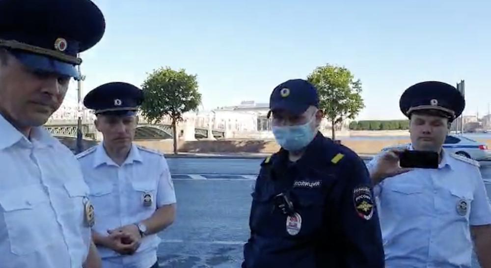Полицейские со всех сторон окружили торговую точку