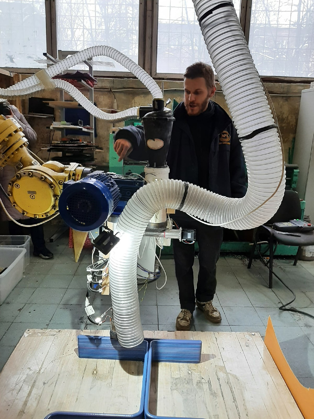 Саша Семенов с собранным собственноручно 3D-принтером, печатающим изделия из пластика