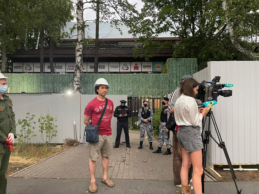 """Роман Курбатов, владелец """"Спорт Паласа"""" (в каске) готов был начать снос самостоятельно, но не был допущен за забор"""