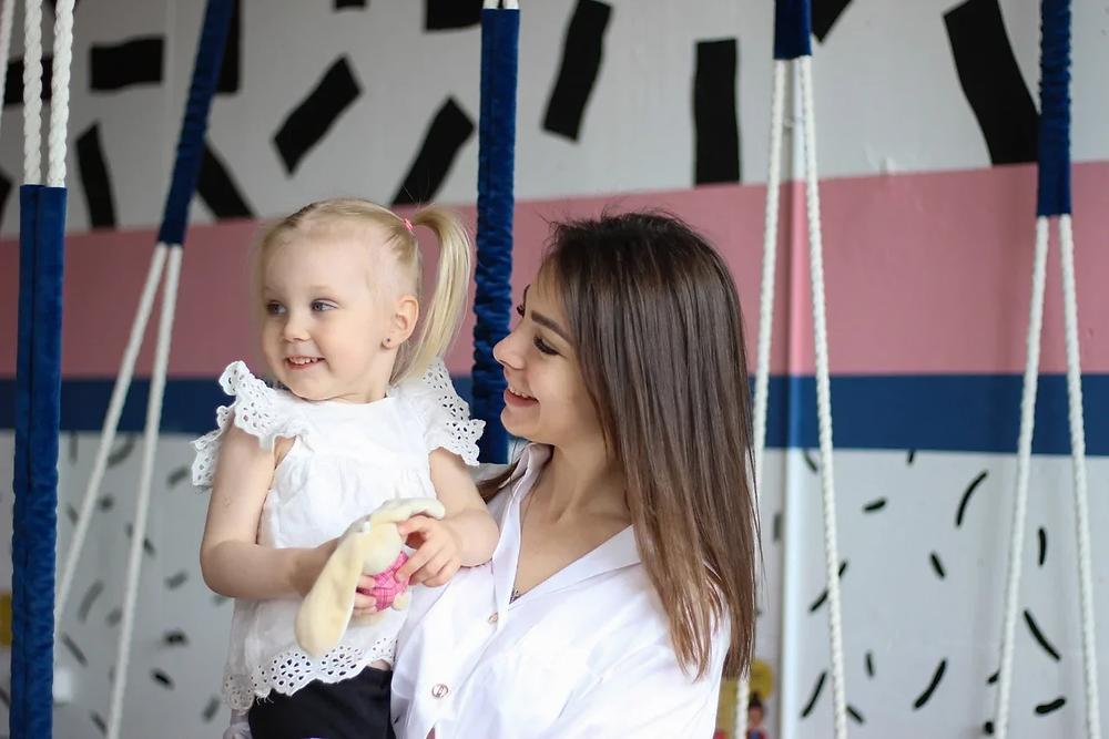 Марина Литвинова с дочкой в своем кафе