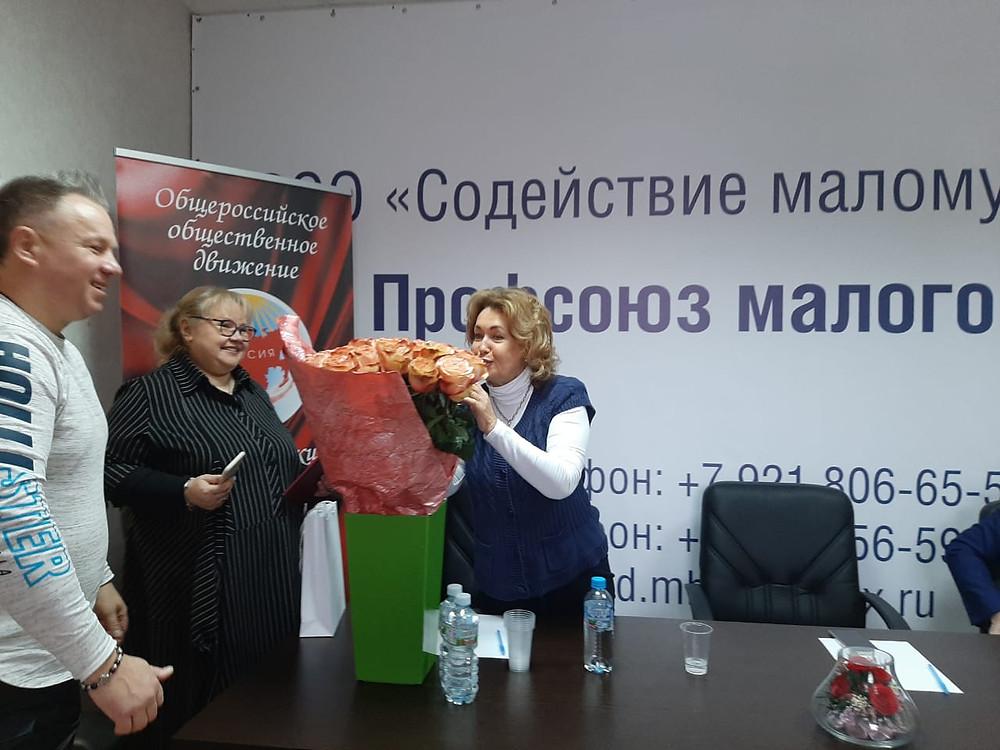"""В РОО """"Содействие малому бизнесу"""" женщины всегда с цветами"""