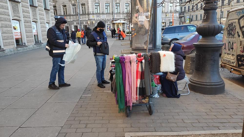 Снова центр города - торговля шарфиками