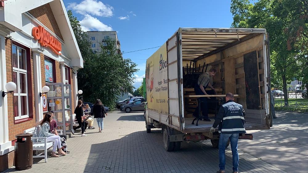 Работники ККИ увозят уличную мебель, изъятую у нарушителей накануне отставки их руководителя