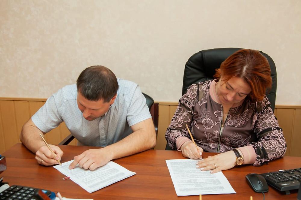 Михаил Шконда и директор по коммерции Гостиного двора подписывают соглашение о сотрудничестве
