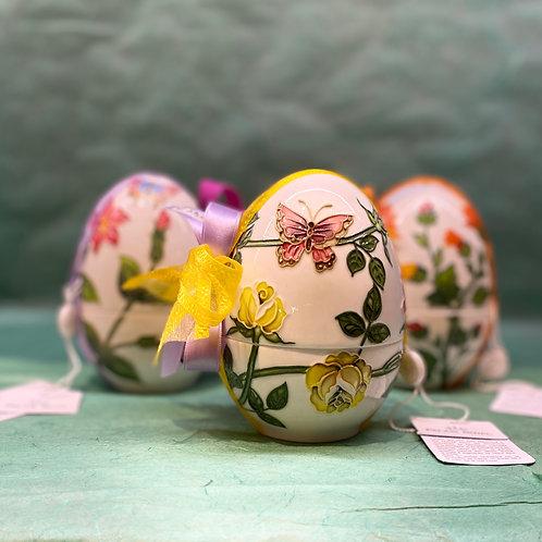 Uovo in ceramica dipinto a mano contenente ovetti misti Venchi