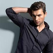 グレーのシャツで男性モデル