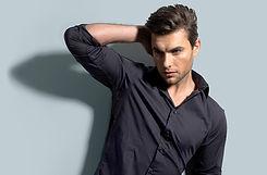 Мужские модели в серой рубашке